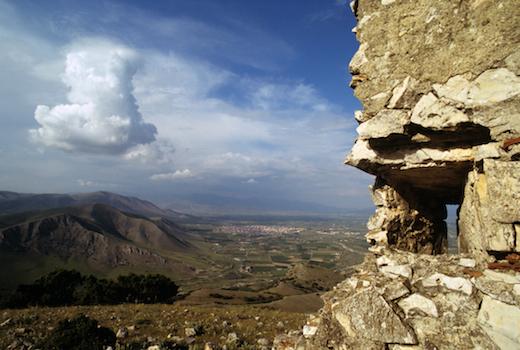 Η πολεμίστρα του οθωμανικού σταθμού Σιδεροπάλουκο πάνω από τον Τύρναβο