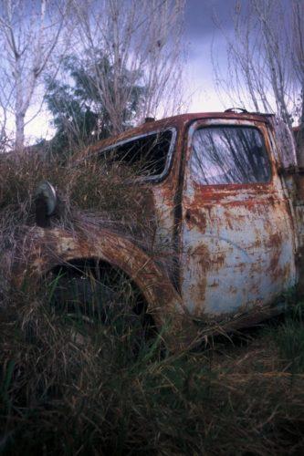 Σκουριασμένο και ξεθωριασμένο, το ημιφορτηγάκι Austin 10 Tilly του '40 ετοιμάζεται να δεχτεί τις πρώτες σταγόνες της βροχής.