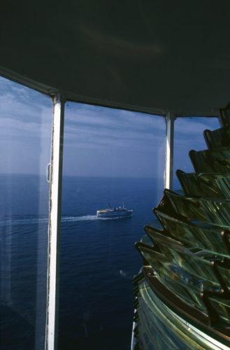 Το περίτεχνο οπτικό του Γουρουνιού στη Σκόπελο που κατασκευάστηκε το 1889. Ο φάρος έχει ύψος 14 μ. και βρίσκεται 54 μ. πάνω από τη θάλασσα.