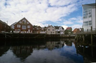 Μισό στην ξηρά και μισό στη θάλασσα, το ξύλινο Χένινγκσβερ αποτελεί το τυπικό νορβηγικό ψαροχώρι.