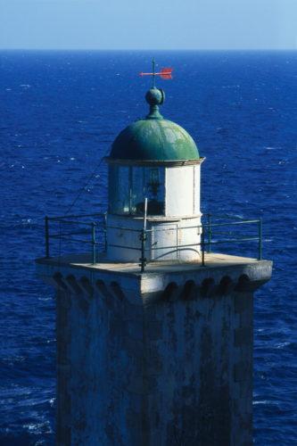 Κάβο Μαλιάς. Πρωτάναψε το 1883, έχει ύψος 15 μ. και βρίσκεται 25 μ. πάνω από τη θάλασσα. Σήμερα λειτουργεί αναπαλαιωμένος από το Ιδρυμα Αικατερίνης Λασκαρίδη.