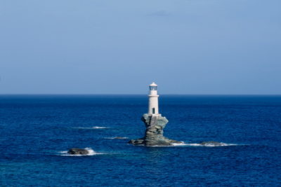 Τουρλίτης Ανδρου. Ο μόνος πέτρινος φάρος χτισμένος (1897) μέσα στη θάλασσα. Πριν από μερικά χρόνια επισκευάστηκε -με ιδιωτική δαπάνη- και ο βράχος και ο φάρος. Εχει ύψος 5 μ.