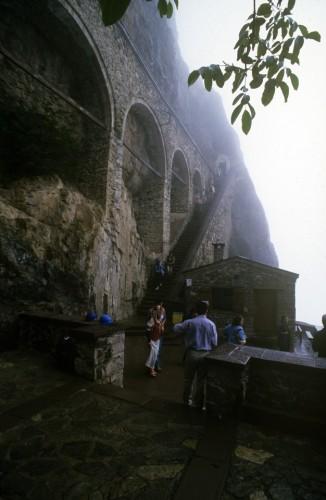 Τα αντερείσματα στο βράχο, η σκάλα που οδηγεί στην πύλη και τα πλήθη των Τούρκων που την επισκέπτονται ως αρχαιολογικό χώρο.