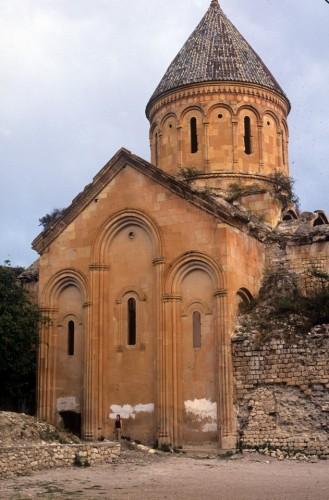 Σύγκριση μεγεθών. Η εκκλησία του Ισχάν, αφιερωμένη στην Παρθένο και ο άνθρωπος.