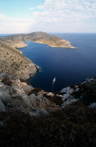 Λέβιθα. Το φυσικό λιμάνι, σωτηρία για τα ιστιοπλοϊκά στα δυνατά μελτέμια του Αιγαίου.